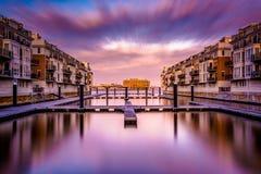 Longue exposition au coucher du soleil des condominiums de bord de mer à l'intérieur Photos stock