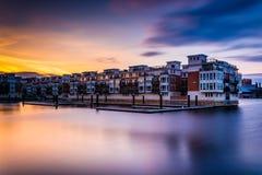 Longue exposition au coucher du soleil des condominiums de bord de mer à l'intérieur Image libre de droits