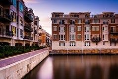 Longue exposition au coucher du soleil des condominiums de bord de mer à l'intérieur Images libres de droits