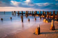 Longue exposition au coucher du soleil des empilages de pilier dans la baie de Delaware à S Image stock