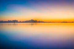 Longue exposition colorée prise de la plage de Smathers au coucher du soleil Photo libre de droits