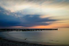 longue exposition d'un coucher du soleil à la mer baltique en Allemagne du nord Photos libres de droits