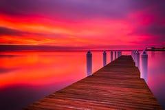 Longue exposition d'un pilier au coucher du soleil, sur la baie de chesapeake dans Kent Images libres de droits