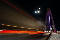 Longue exposition d'un pont la nuit photo stock