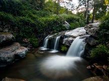 Longue exposition d'une petite cascade Photographie stock