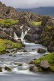 Longue exposition de cascade avec l'herbe et les roches images libres de droits
