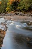 Longue exposition de l'eau et de couleurs d'automne photos stock