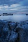 Longue exposition de paysage suédois d'archipel avec les falaises et la jetée Photos libres de droits