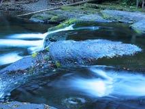 Longue exposition de rivière, automne Photos libres de droits