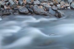 Longue exposition de rivière et de roches Photos stock