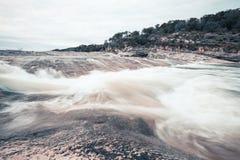 Longue exposition de rivière de Pedernales dans le Texas un jour obscurci image libre de droits