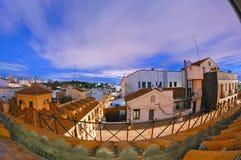 Longue exposition des dessus de toit de Madrid le soir Petite terrasse de jardin à travers d'un patio divisé, quatre histoires au Photos libres de droits