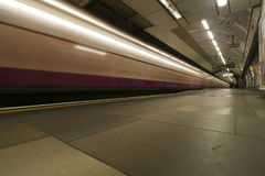 Longue exposition passant le train, souterrain de Londres photos libres de droits