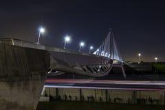 Longue exposition sur un pont en bicyclette Images libres de droits