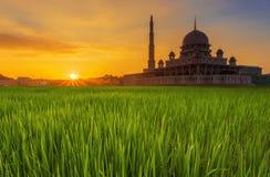 Longue exposition tirée de la mosquée Masjid Putra de Putra pendant le lever de soleil photos libres de droits