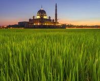 Longue exposition tirée de la mosquée Masjid Putra de Putra pendant le lever de soleil Image stock