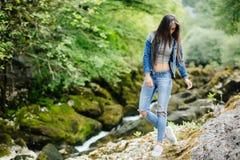 Longue femme de cheveux posant en montagnes Photos libres de droits