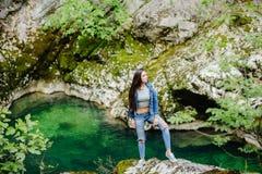 Longue femme de cheveux posant en montagnes Photos stock