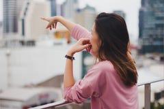 Longue femme de cheveux se tenant sur le balcon photos libres de droits