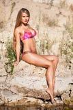 Longue fille de cheveux dans le bikini sur la rivière Image stock