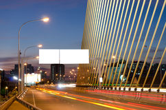 Longue image d'exposition des voitures se précipitant au-dessus d'une route Photographie stock libre de droits