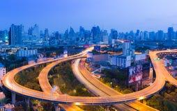 Longue intersection incurvée de route d'exposition par route Image stock