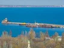 Longue jetée avec des bateaux en mer Photo libre de droits