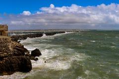 Longue jetée de ciment par la mer image stock