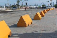 Longue ligne de recul des barricades d'anti-terreur photographie stock