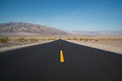 Longue ligne droite au parc national de Death Valley Images stock