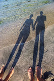Longue ombre des mains de fixation de couples Photos stock