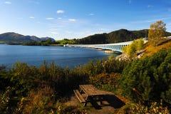 Longue passerelle en soleil de la Norvège en automne. Image libre de droits