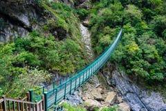Longue passerelle qui commencent le vieux sentier de randonnée de Zhuilu dans Tarok images stock