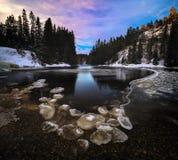 Longue photo d'exposition sur geler la rivière de Homla Horaire d'hiver norvégien photographie stock