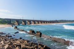 Longue plage d'océan d'embouchure de pont image libre de droits