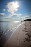 Longue plage de sable sur l'île de Faro en Suède Photographie stock
