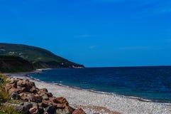 Longue plage rocheuse de l'Océan atlantique photo stock