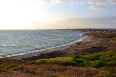 Longue plage sablonneuse au coucher du soleil photographie stock