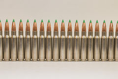 Longue rangée de grandes balles de fusil de calibre Image stock