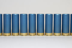 Longue rangée des coquilles de fusil de chasse bleues Photo libre de droits