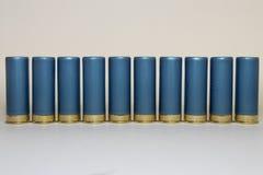 Longue rangée des coquilles de fusil de chasse bleues Photographie stock libre de droits