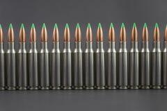 Longue rangée des ronds ballistiques de fusil d'astuce Photo libre de droits