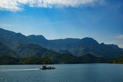 Longue rivière avec un bateau là-dessus Images libres de droits
