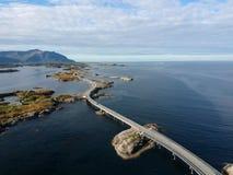 Longue route de pont en Norvège près de route atlantique Images libres de droits