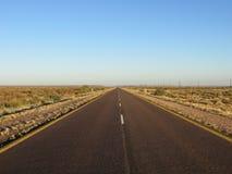 Longue route de solitude par Kalahari Photos libres de droits