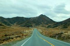 Longue route droite dans la montagne Photographie stock libre de droits