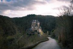 Longue route scénique menant à un beau château Photographie stock