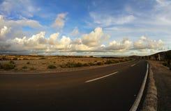 Longue route vide de désert Image libre de droits