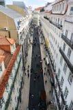 Longue rue à Lisbonne, Portugal photo libre de droits