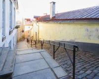 Longue rue avec des escaliers à Tallinn, Estonie Images libres de droits